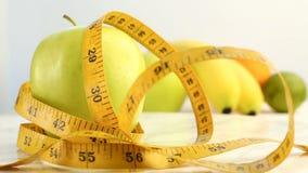 Verse citrusvruchten Omwentelings Videolengte van het concept het gezond eten en dieet Een spinnende groene rijpe die appel in Ce stock footage