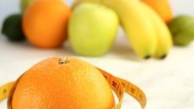 Verse citrusvruchten Omwentelings Videolengte van het concept het gezond eten en dieet Een spinnende rijpe die sinaasappel in cen stock footage