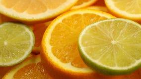 Verse citrusvruchten Omwentelings Videolengte van het concept het gezond eten en dieet Spinnende gesneden sinaasappelen, kalk, ci stock footage