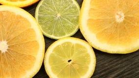Verse citrusvruchten Omwentelings Videolengte van het concept het gezond eten en dieet Spinnende gesneden sinaasappelen, kalk, ci stock videobeelden