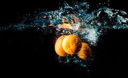 verse citrusvruchten op een donkere achtergrond, vitaminen van aard Stock Foto's