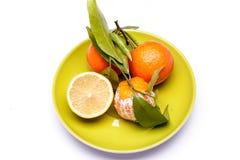 Verse citrusvruchten op groene schotel stock afbeeldingen