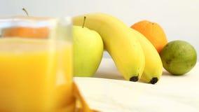 Verse citrusvruchten Roteer Videolengte van het concept een gezond voedsel en een dieet Jus d'orange in een glas in een centimet  stock videobeelden
