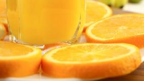 Verse citrusvruchten Roteer Videolengte van het concept een gezond voedsel en een dieet Jus d'orange in een glas, met een achterg stock videobeelden
