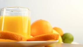 Verse citrusvruchten Roteer Videolengte van het concept een gezond voedsel en een dieet Jus d'orange in een glas, met een achterg stock footage