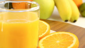 Verse citrusvruchten Roteer Videolengte van het concept een gezond voedsel en een dieet Jus d'orange in een glas, met een achterg stock video