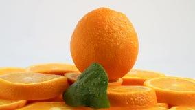 Verse citrusvruchten Roteer Videolengte van het concept een gezond voedsel en een dieet Spinnende gesneden sinaasappelen stock videobeelden