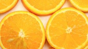 Verse citrusvruchten Roteer Videolengte van het concept een gezond voedsel en een dieet Spinnende gesneden sinaasappelen stock video