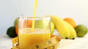 Verse citrusvruchten Roteer Videolengte van het concept een gezonde voeding en een dieet Het jus d'orange wordt ingeschonken in e stock video