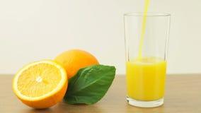 Verse citrusvruchten Videolengte van het concept een gezond voedsel en een dieet Het jus d'orange wordt gegoten in het glas, en g stock footage