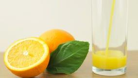 Verse citrusvruchten Videolengte van het concept een gezond voedsel en een dieet Het jus d'orange wordt gegoten in het glas, en g stock video