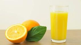 Verse citrusvruchten Videolengte van het concept een gezond voedsel en een dieet Jus d'orange in een glas, en gesneden sinaasappe stock footage