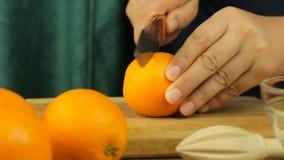 Verse citrusvruchten Videolengte van het concept een gezonde voeding en een dieet De mens snijdt Sinaasappelen en Juicer-Pers stock videobeelden