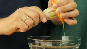Verse citrusvruchten Videolengte van het concept een gezonde voeding en een dieet Een mens drukt jus d'orange in een kom met een  stock footage