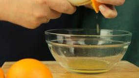 Verse citrusvruchten Videolengte van het concept een gezonde voeding en een dieet Een mens drukt jus d'orange in een kom met een  stock videobeelden