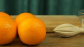 Verse citrusvruchten Videolengteconcept een gezonde voeding en een dieet De sinaasappelen, een juicer, een mes, een kom en een kn stock videobeelden