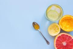 Verse citrusvruchtendrank met citroen, sinaasappel en grapefruit op de blauwe achtergrond met exemplaarruimte Royalty-vrije Stock Foto