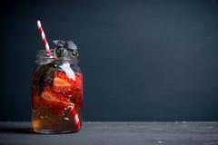 Verse cocktail met aardbei en basilicum in glas Stock Foto's