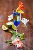 Verse cocktail met blauwe curacao likeur op houten lijst royalty-vrije stock afbeelding