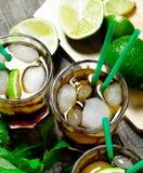 Verse cocktail met kalk en munt op houten lijst Royalty-vrije Stock Afbeeldingen