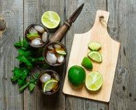 Verse cocktail met kalk en munt op houten lijst Royalty-vrije Stock Foto's