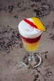 Verse cocktail met sinaasappel en ijs Alcoholische, niet-alkoholische drank-drank royalty-vrije stock afbeelding