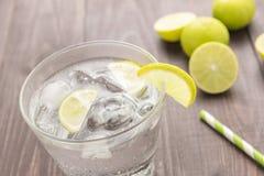 Verse cocktail met soda, kalk op een houten achtergrond stock foto
