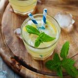 Verse cocktail witn soda, citroen en munt royalty-vrije stock afbeelding