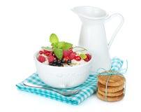 Verse cornflakes met bessen en melkkruik Stock Foto
