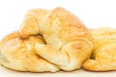 Verse croissant die op wit wordt geïsoleerdn Stock Foto