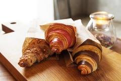 Verse croissants met jam voor ontbijt Stock Fotografie