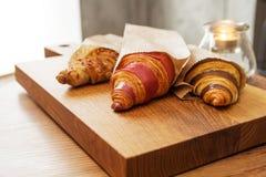 Verse croissants met jam voor ontbijt Royalty-vrije Stock Foto