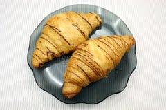 Verse croissants op een houten lijst royalty-vrije stock foto