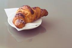 Verse croissants op een plaat, uitstekende toon Royalty-vrije Stock Foto's