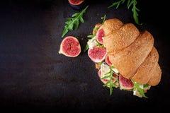 Verse croissantsandwich met arugula en fig. van de Briekaas royalty-vrije stock fotografie