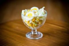 Verse de koolsalade van Peking met gekookte eieren, ingeblikt graan stock foto's