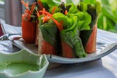 Verse de lentebroodjes met verse groente die met saladecrea wordt gediend Royalty-vrije Stock Foto