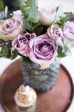 Verse de zomerrozen van de pastelkleur purpere, mauve kleur in vaas in dienbladcl stock fotografie