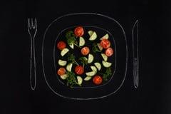 Verse de zomersalade op een hand getrokken plaat met vork en mes royalty-vrije stock foto