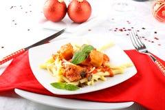 Verse deegwaren met varkensvleesschil, tomaat en basilicum Stock Foto
