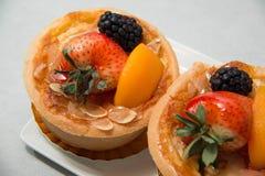 Verse dessertvlaai in geassorteerde tropische vruchten Royalty-vrije Stock Fotografie