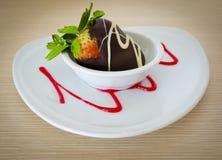 Verse die aardbei met chocolade met een laag wordt bedekt Royalty-vrije Stock Fotografie