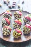 Verse die aardbeien met donkere chocolade en noten worden behandeld Stock Afbeeldingen