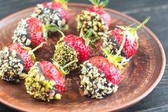 Verse die aardbeien met donkere chocolade en noten worden behandeld Royalty-vrije Stock Foto's