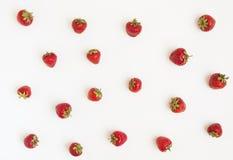 Verse die aardbeien op een witte achtergrond worden verspreid Concept h Royalty-vrije Stock Afbeelding