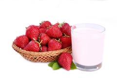 Verse die aardbeiyoghurt in een glas met mand op een witte achtergrond wordt geïsoleerd stock afbeeldingen