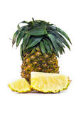 Verse die ananas met plakken op wit worden geïsoleerd Royalty-vrije Stock Foto's