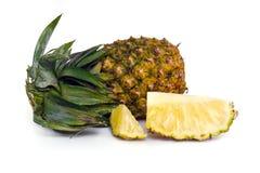 Verse die ananas met plakken op wit worden geïsoleerd Stock Foto