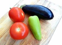 Verse die aubergine, tomaten, groene paprika, op witte achtergrond wordt geïsoleerd Royalty-vrije Stock Foto's