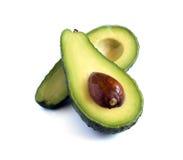 Verse die avocado in de helft wordt gesneden Stock Afbeelding